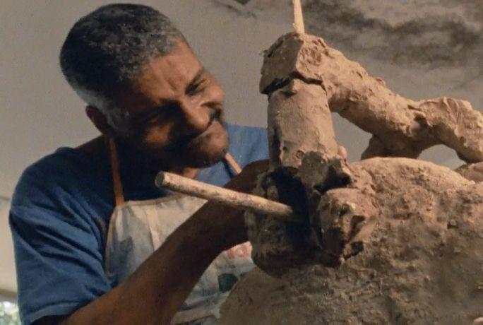 Imagens do inconsciente. Fernando se esforça para manter sua escultura de pé.
