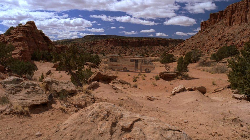 O trailer ao fundo sumindo no deserto