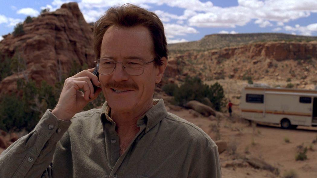 Walter sorrindo ao telefone