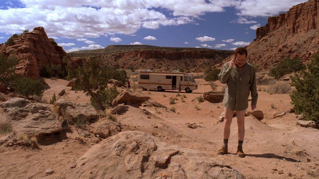 Walter fazendo um telefonema no meio do deserto.