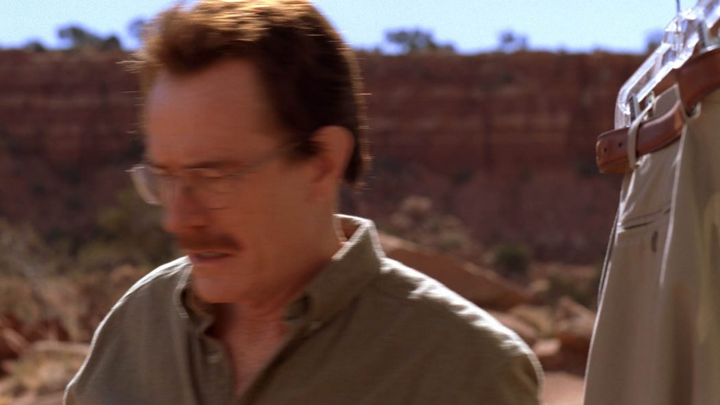 Walter abotoando sua camisa