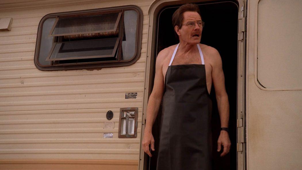 Walter saindo do trailer de avental