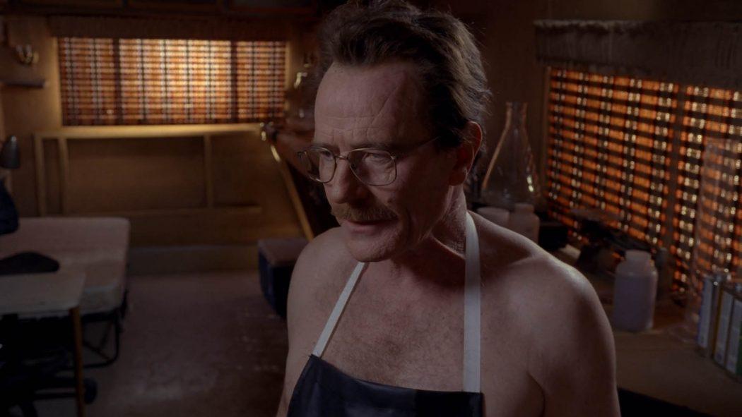 Walter vestido de avental explicando para Jesse