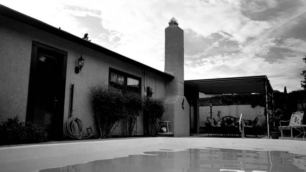 Um jardim com uma piscina