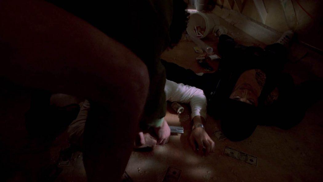 Walter pegando uma pistola no chão do trailer