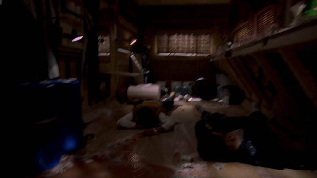 Dois traficantes apagados no chão da parte de trás do trailer em meio produtos químicos derramados