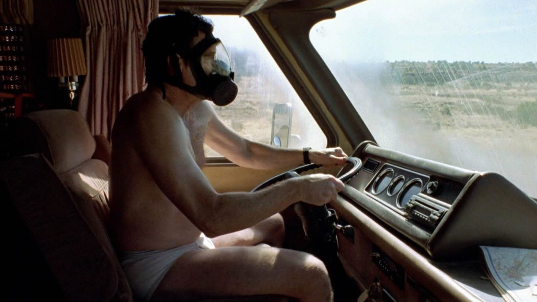 Walter White de cueca e máscara química dirigindo o trailer