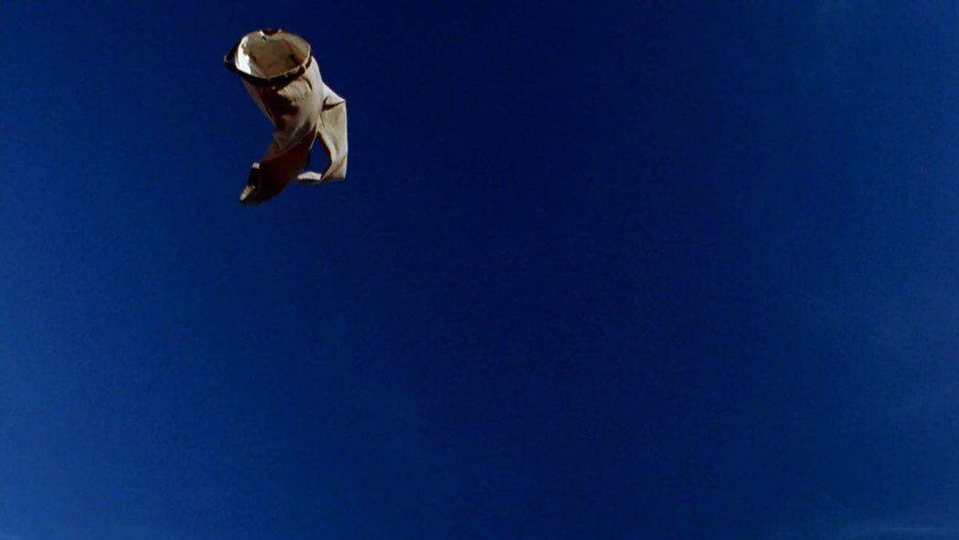 Uma calça caindo do céu