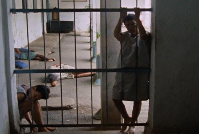 Imagens do inconsciente. (por trás da grade, dois internos observam a aproximação da câmera)