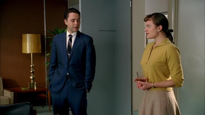 Pete encarando a saia de Peggy