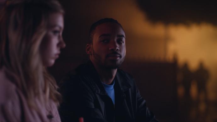 McKay encarando Cassie do lado de fora de um restaurante a noite