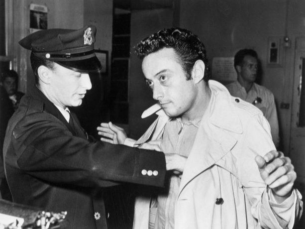 Lenny Bruce sendo revistado por um policial durante uma de suas prisão