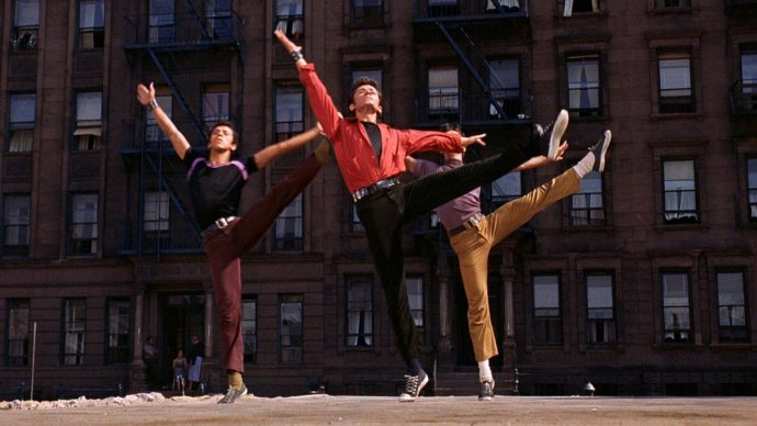 Bernardo (George Chakiris) na cena de abertura de West Side Story