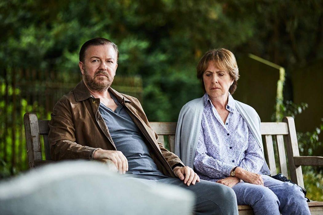 """Rick Gervais e Penelope Wilton em """"After Life"""", série criada e estreada pelo comediante"""