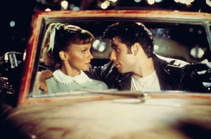 musicais - Sandy (Olivia Newton-John) e Danny (John Travolta)