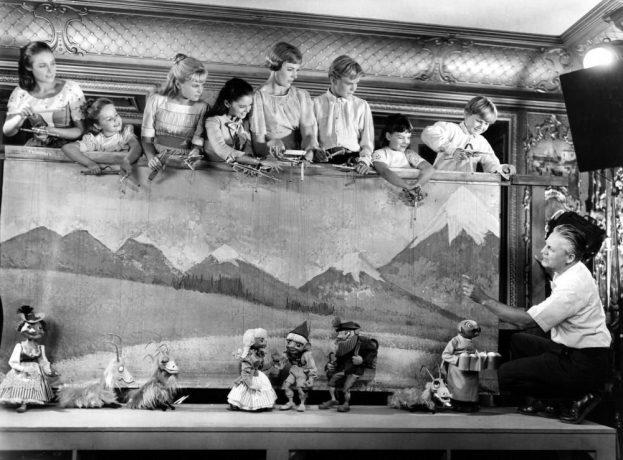 musicais - Da esquerda para direita: Liesl (Charmian Carr), Gretl (Kym Karath), Louisa (Heather Menzies-Urich), Marta (Debbie Turner), Maria (Julie Andrews), Frederich (Nicholas Hammond), Brigitta (Angela Cartwright), Kurt (Duane Chase) e Captain Von Trapp (Christopher Plummer)