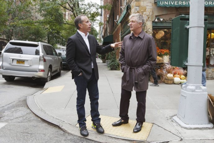 Jerry Seinfield e Alec Baldwin conversando em uma esquina