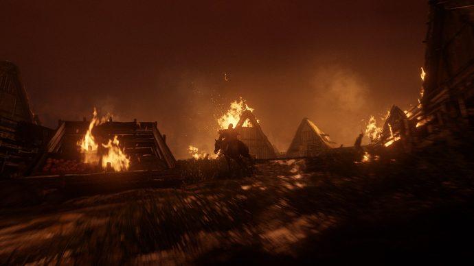 The Last of Us Parte II: Abby e Lev cavalgando em meio ao incêndio provocado pelo ataque da WLF contra os Serafitas