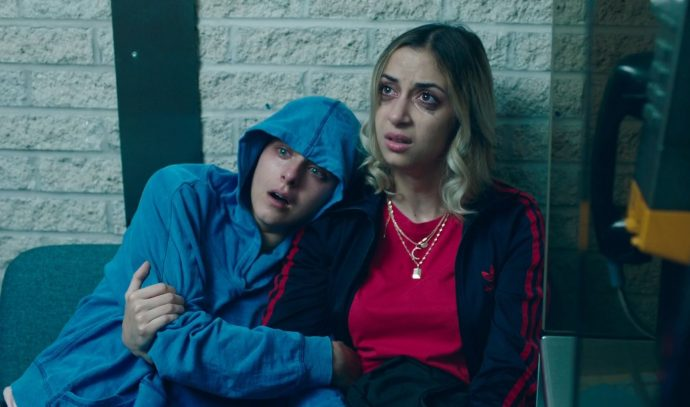 Antígona e uma mulher choram