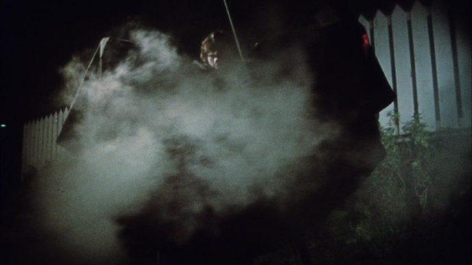 Martin vestido de Drácula em meio a neblina