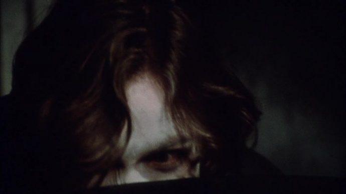 Martin vestido de Drácula esconde seu rosto por trás da capa