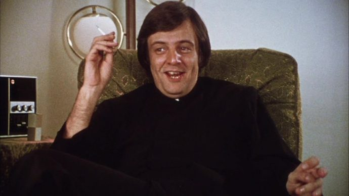 Padre jovem, com um cigarro na mão e rosto sorridente