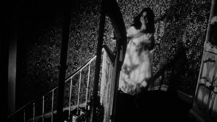 Uma mulher sobe a escada correndo