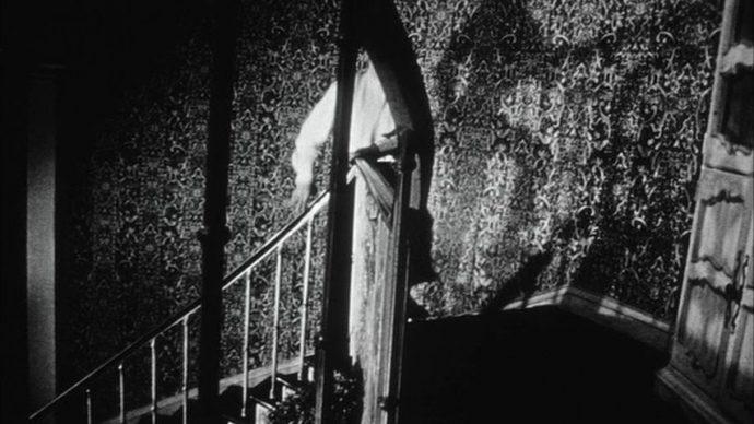 Martin sobre as escadas , sua sombra na parede tem um aspecto sinistro