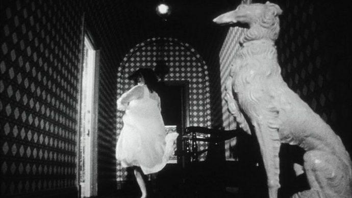 Uma mulher corre por um corredor sinistro