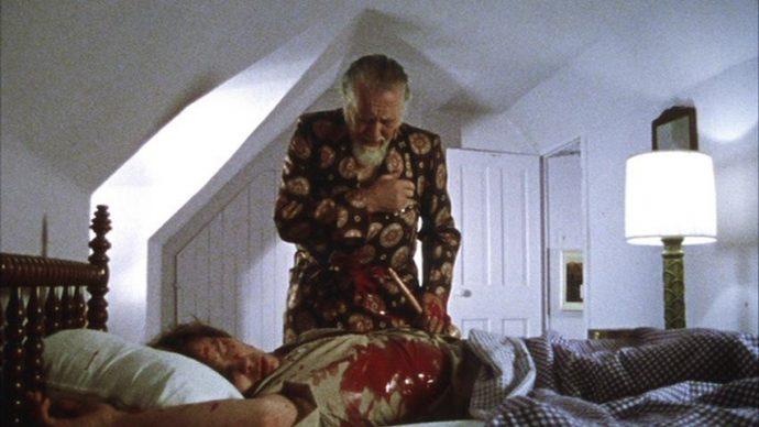 Cuda faz o sinal da cruz, Martin está coberto de sangue morto em sua cama