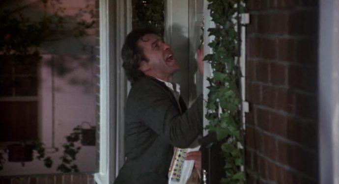 Nicky em frente de uma casa, bate em uma porta e grita para que o deixem entrar