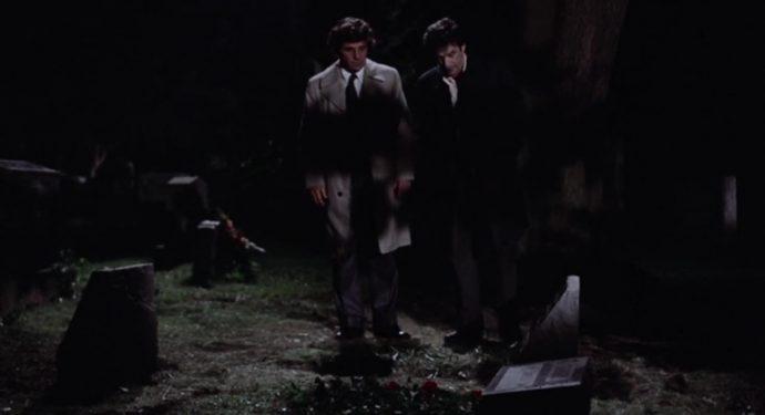 Mikey e Nicky em um cemitério a noite, diante de uma lápide