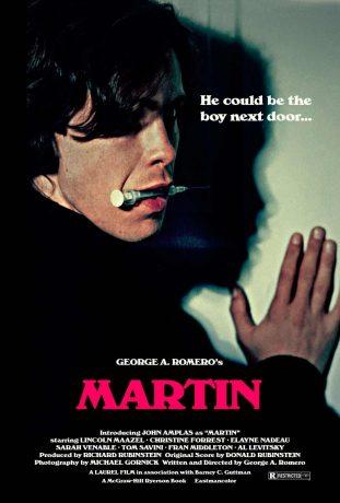 Martin olha em nossa direção com uma seringa na boca