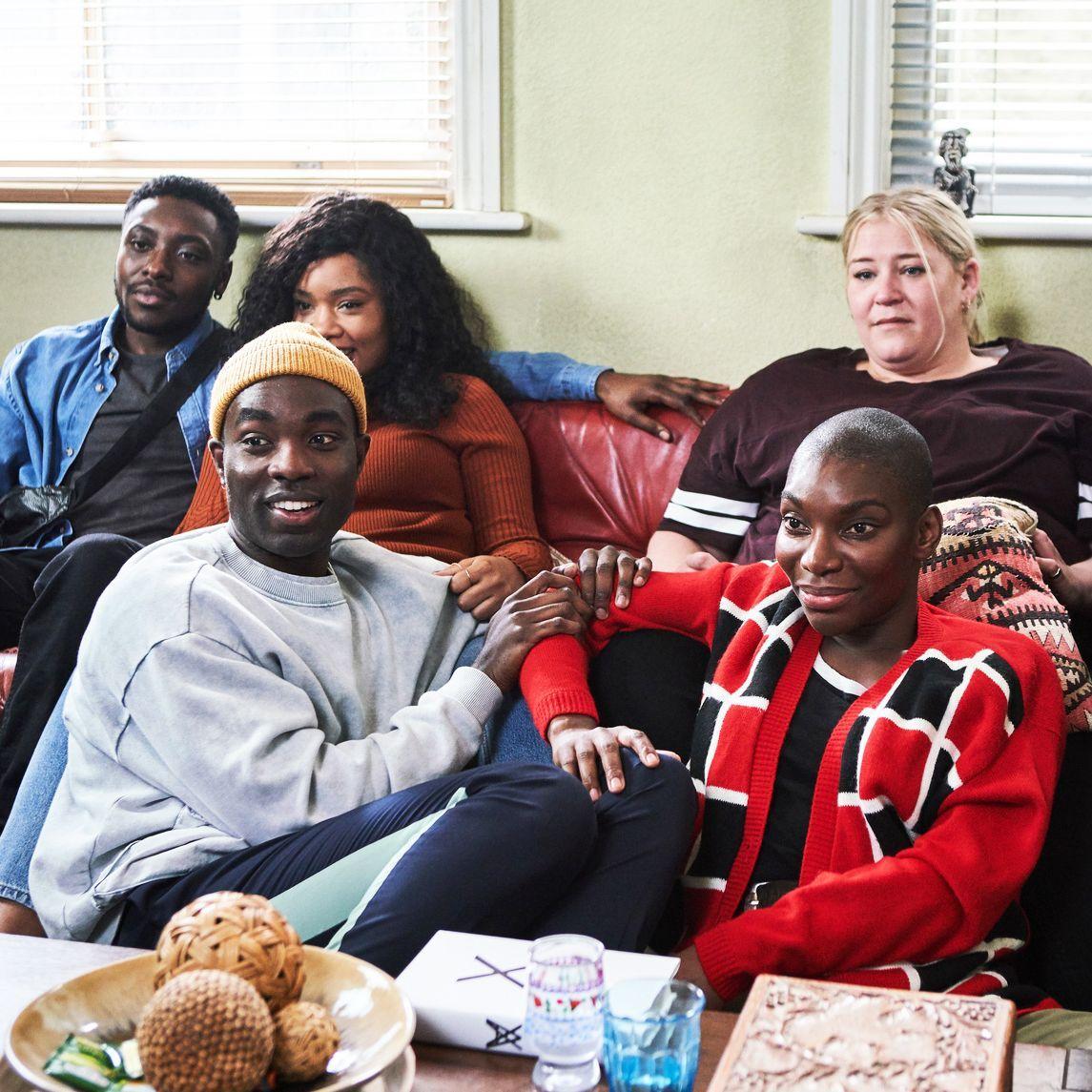 Arabella, Terry, Kwame e Theodora e um amigo sentados no sofá assinto televisão