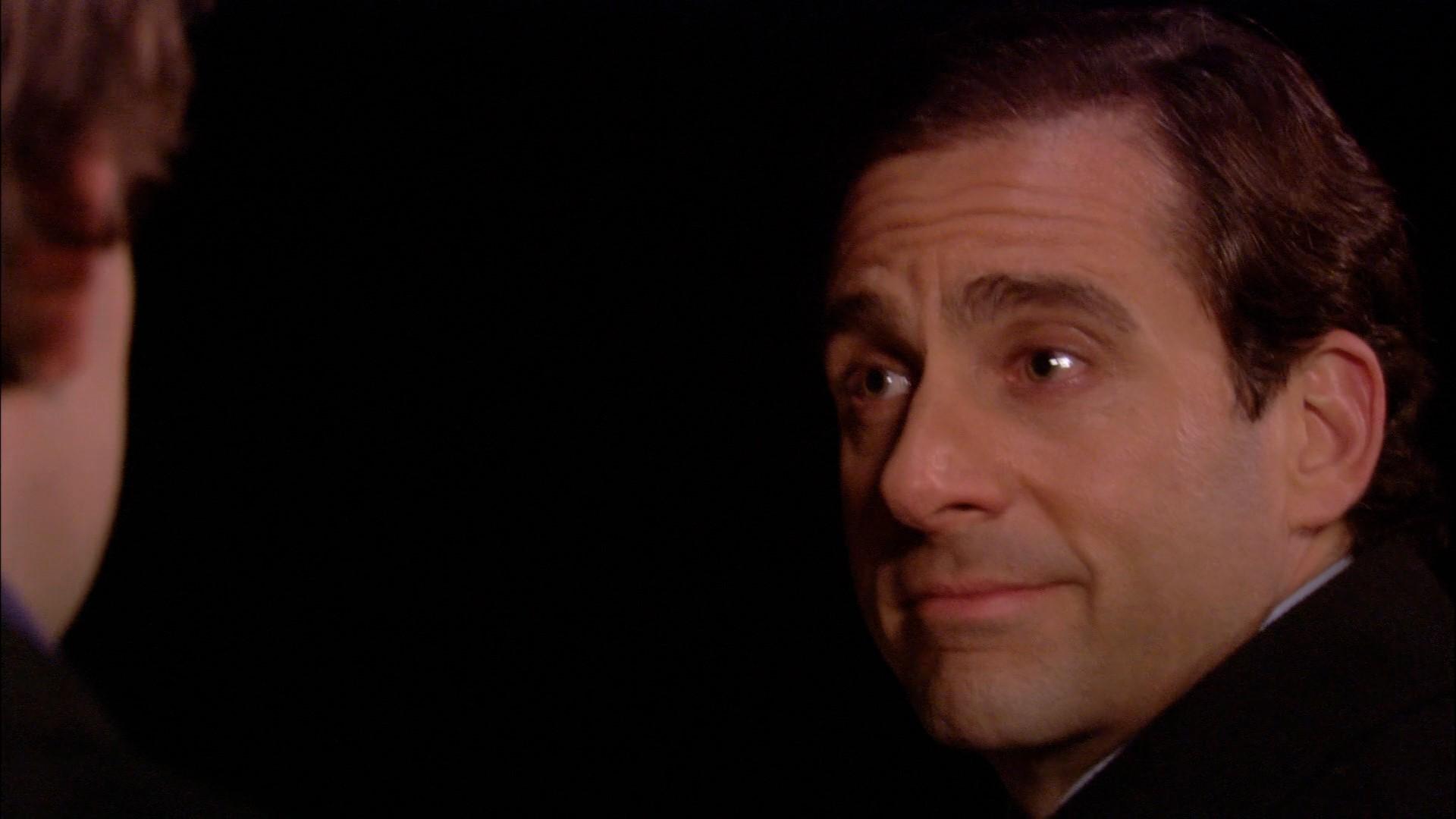 Michael Scott falando com Jim no deck do barco no episódio Booze Cruise