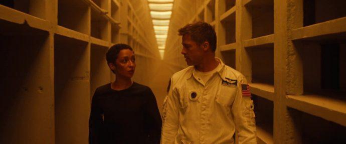 Helen e Roy caminha por um corredor