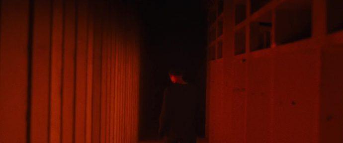 Helen se vira na direção de onde ela veio. O corredor começa a ficar escuro.