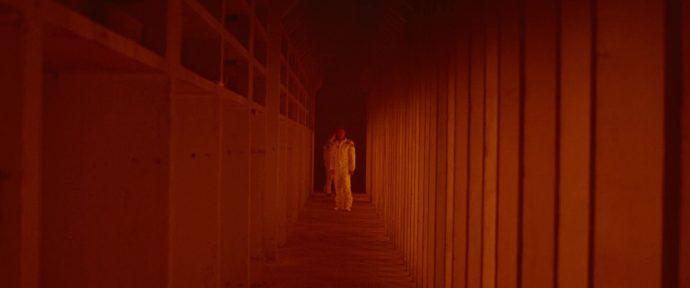 Roy está em um longo corredor