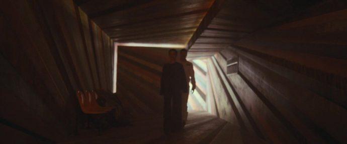 Helen e Roy caminham em um corredor escuro