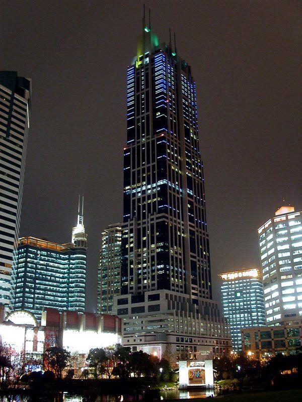 New World Towers de Hong Kong, prédio cujo topo é iluminado com diferentes tons de verde