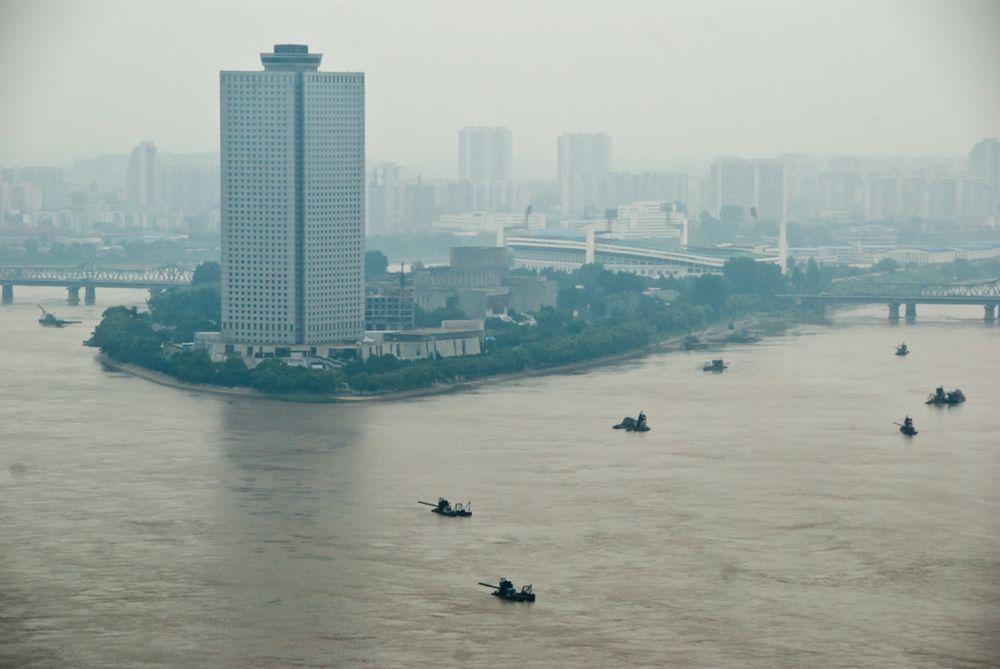 Vista do Yanggakdo Internacional hotel onde todos os visitantes estrangeiros são obrigados a ficar quando visitam Pyonyang