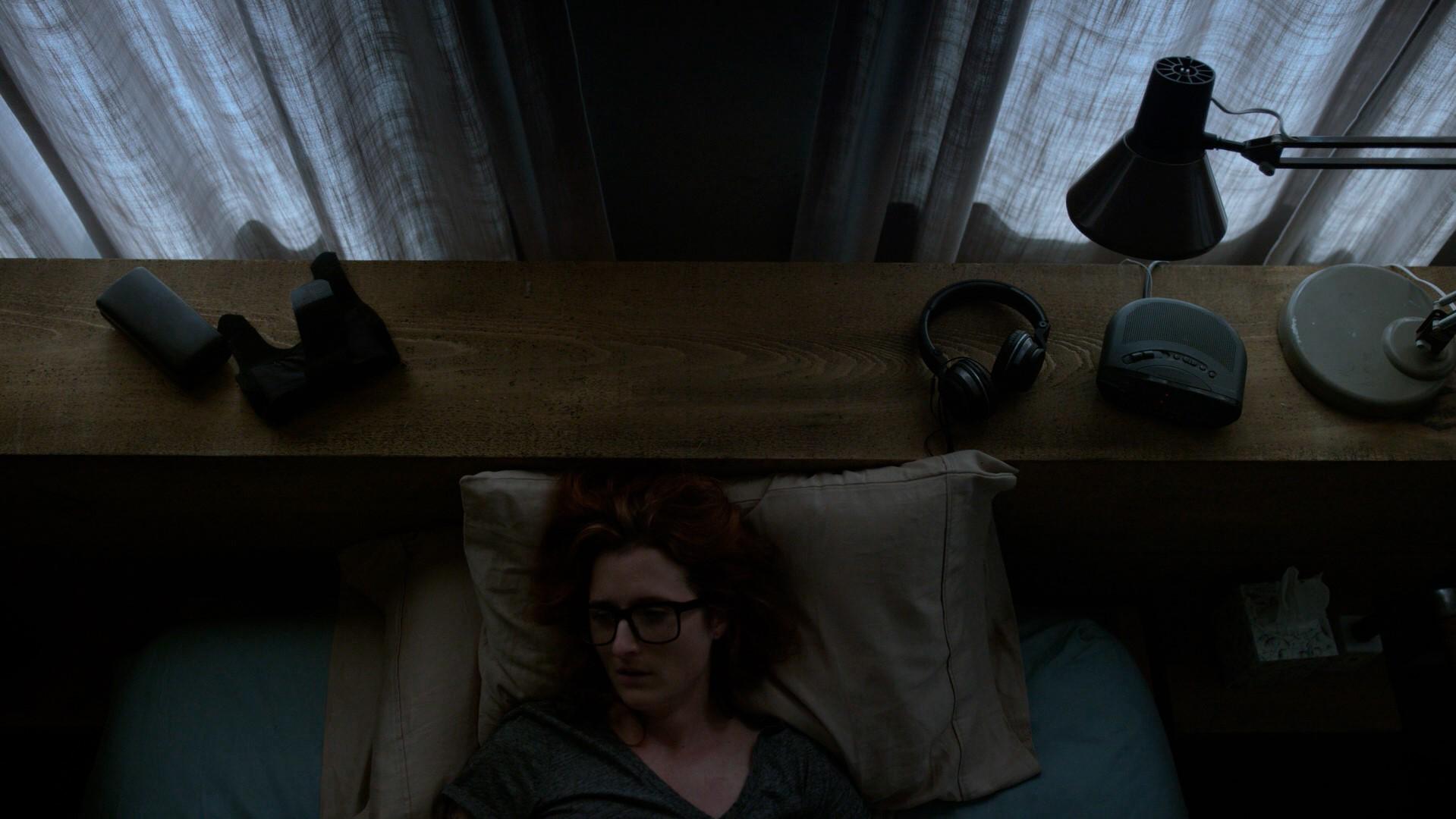 Agente DiPierro deitada na cama falando com sua Alexa