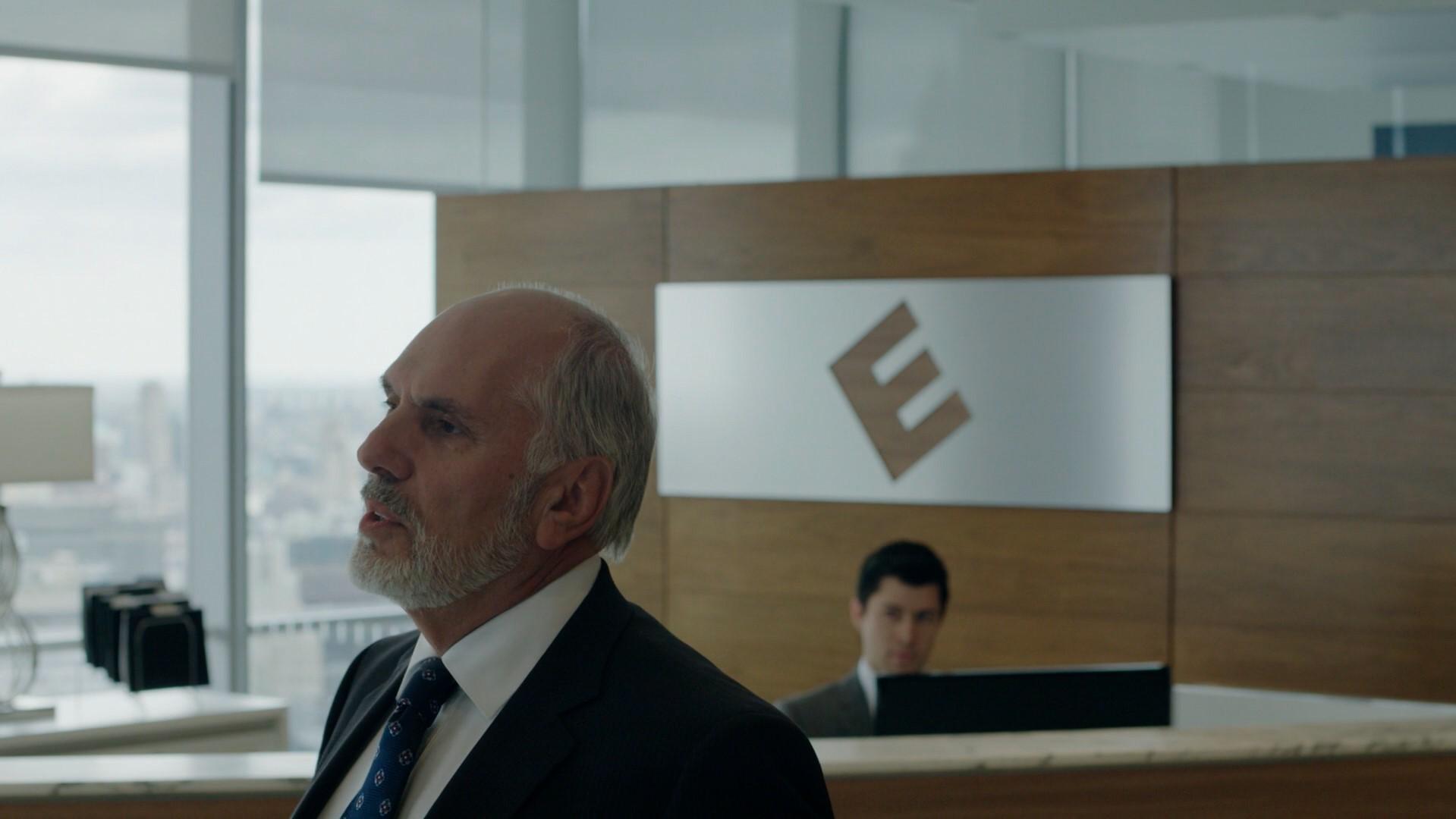 Philip Price dialogando com Tyrell na mesma sala de espera