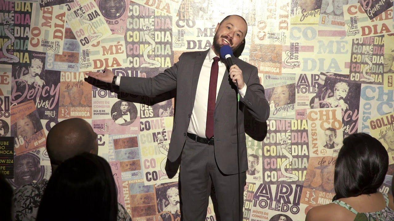 Victor Camejo se apresenta diante de uma plateia em um clube de comêdia