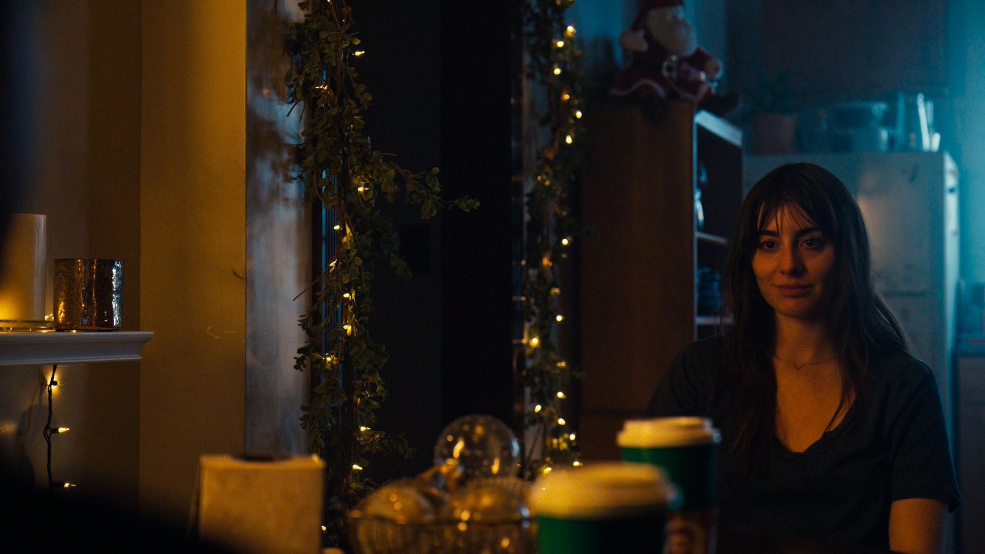 Olivia Cortez sentada a mesa com Elliot
