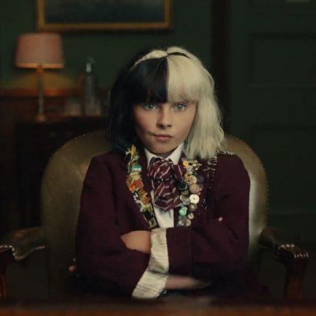 Cena de filme onde vemos a protagonista ainda criança.