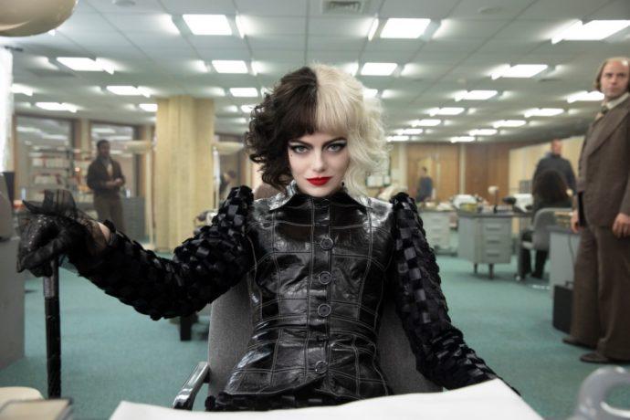 Emma stone utiliza uma roupa totalmente preta.