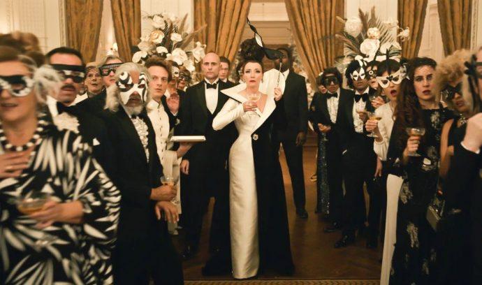 Emma Thompson caracterizada como a Baronesa. Ela utiliza um vestido preto e branco.