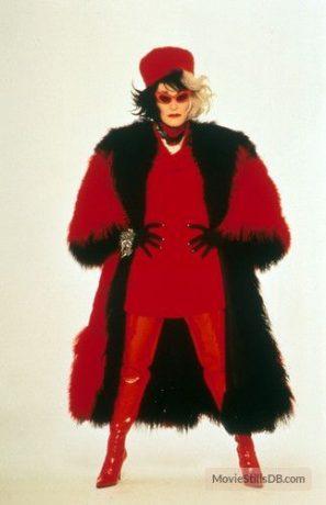 Glenn Close em um figurino preto e vermelho.