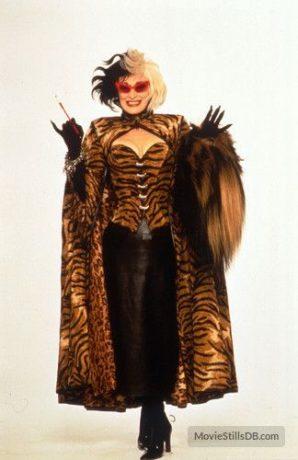 Glenn Close caracterizada como Cruella veste uma roupa com estampa de tigre